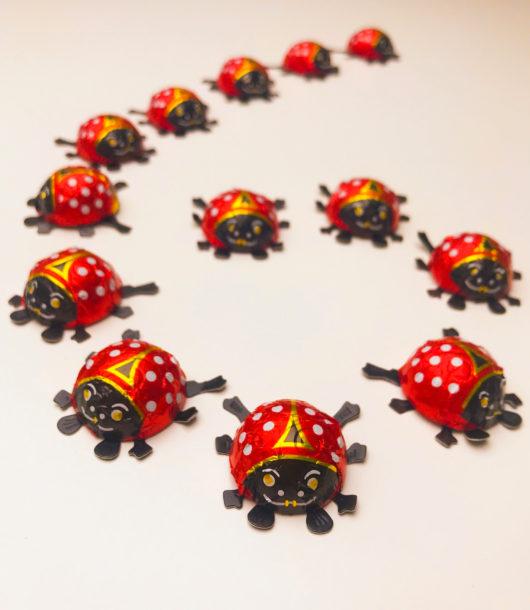 Zahl 6 mit Käfern